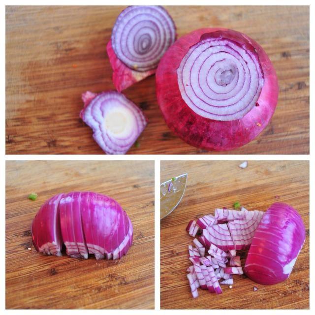 Cortar las puntas de la cebolla, luego se corta por la mitad por la mitad de la cebolla, longitudinalmente. Sienta para el
