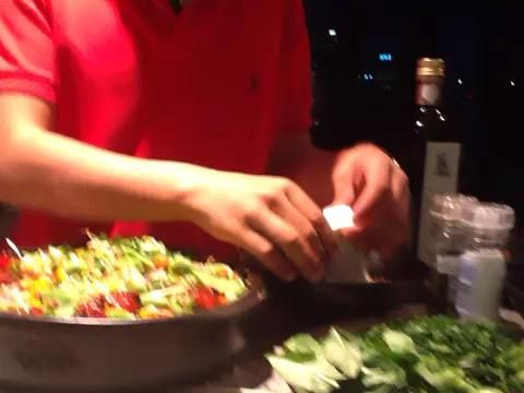 Adorne con feta, piñones, hierbas, jugo de limón y un chorrito de aceite de oliva