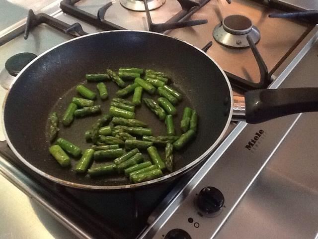 Espárragos Rehogar con un toque de aceite de oliva durante 3 minutos