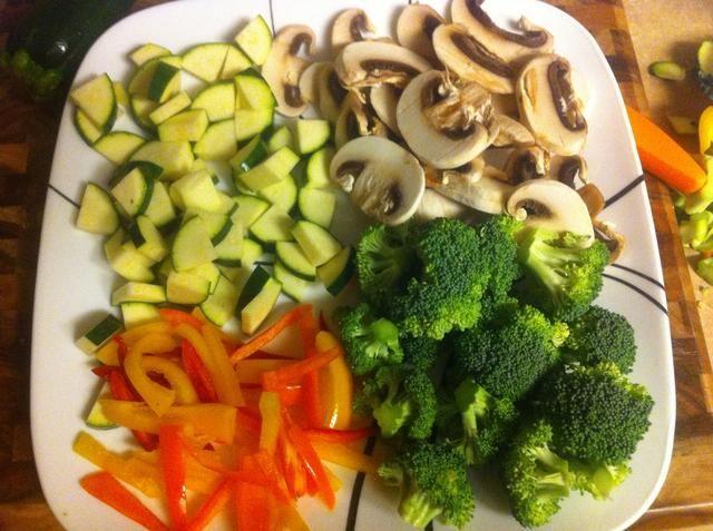 Picar las verduras salteados preferidos. Solía calabacín, champiñones blancos, amarillos y rojos pimientos y el brócoli.