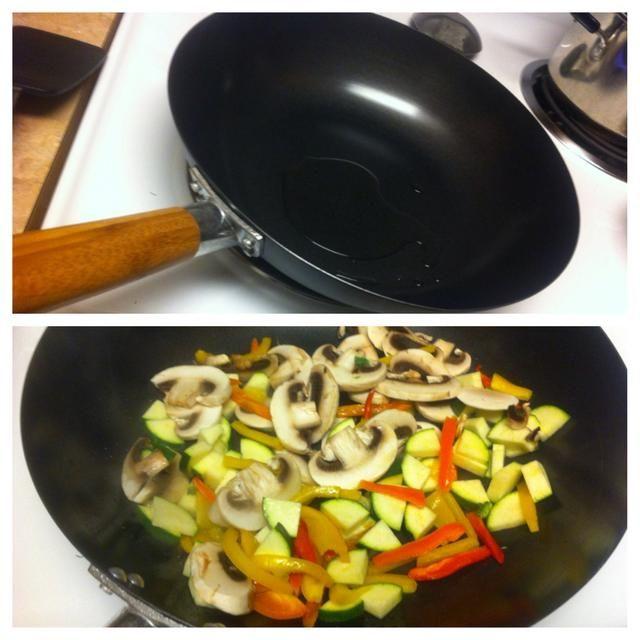 Caliente 1 cucharada de aceite de oliva a fuego medio-alto en la sartén. Añadir el calabacín, champiñones y pimientos.