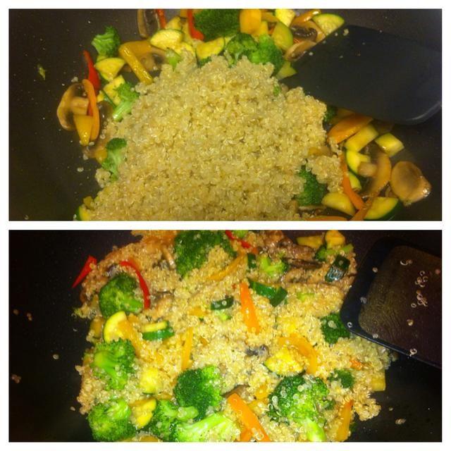 Cuando las verduras estén cocidas y tiernas, añadir en la quinua, aceite de sésamo 1 cucharadita de sal y pimienta.