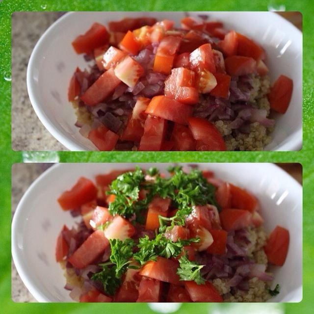 Añadir el tomate picado, el perejil picado y la sal del mar, al gusto.