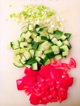 Picar la cebolla de verdeo, cortar los tomates y el pepino en trozos de 1 cm.