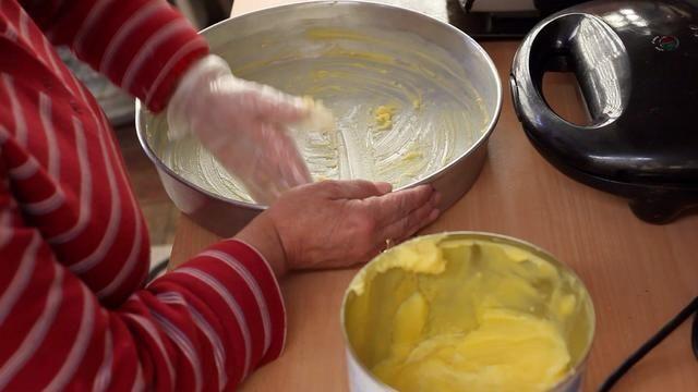 El uso de la mantequilla o la manteca, la línea de los 2 bandejas de horno y verter la vainilla pastel de masa en un solo y chocolate en la otra.