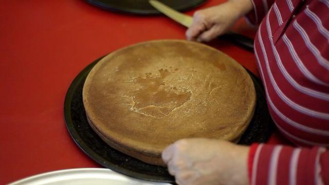 Cadena mágica para ayudar a separar la torta. Suavemente ahora. Obtener uno de los niños (incluso los grandes niños) para sujetar el pastel y retorcerse la cadena a través de la torta.