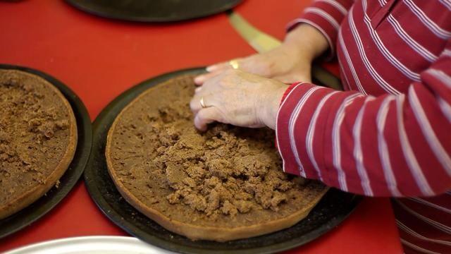 Sí, literalmente cavar en. Retire con cuidado la mayor cantidad de migas fuera del centro de la torta que pueda sin llegar al fondo. Migas de una capa de pastel debería ser suficiente.