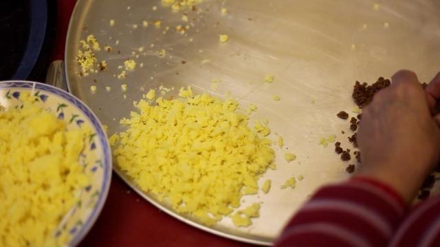 Garra cabo suficientes migajas blancas del pastel de vainilla también.