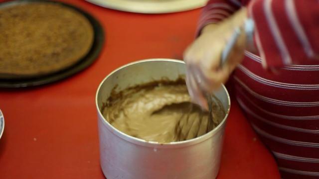 Después de que su crema pastelera se haya enfriado, darle un último revuelo para que sea más fácil trabajar con. Cabe casi firme pero no dura. Si es difícil tiro a la basura. Firmeza en el amor aquí. Lol