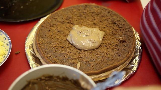 Y otra capa de pastel de chocolate y más crema pastelera. Amar a esto? Espere hasta que're eating it!!