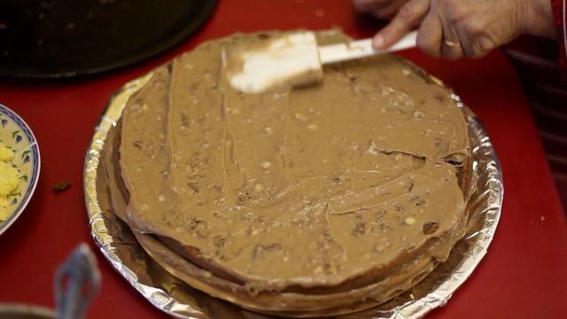 Cubrir de nuevo con otra capa de pastel de chocolate y la crema de chocolate. Usted consigue la idea correcta? Choc, vainilla, chocolate, vainilla con crema de chocolate en el medio.