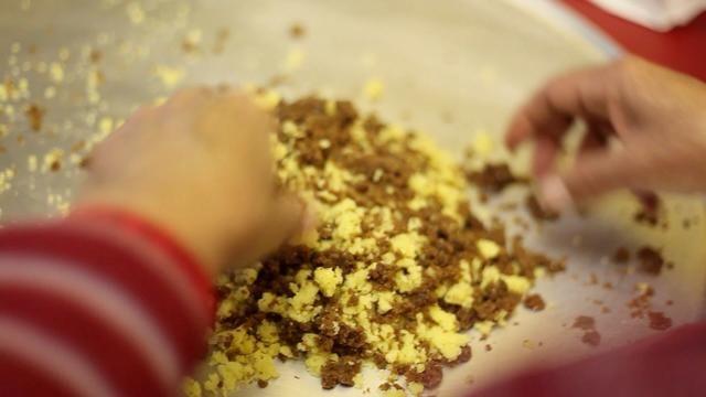 Con el aun equilibrio de vainilla y chocolate, mezclar juntos y se desmoronan más finamente en una mezcla de iguales.