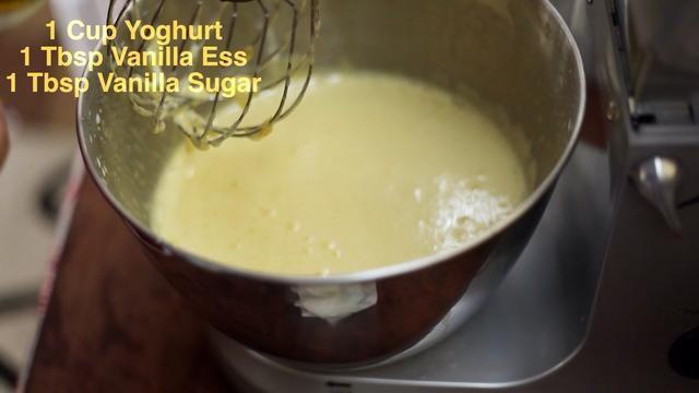 Agregue su azúcar de vainilla o esencia de vainilla. O ambos. También agregue 1 taza de yogur en este punto y mantener la máquina girando en un giro bastante alto