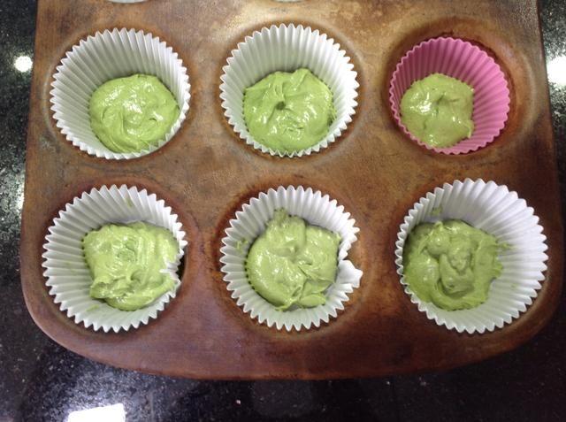 Coloca el primer color en sus casos torta asegurándose de que cubre todas las bases
