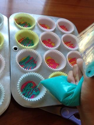 Elige una bolsa y exprimir la mezcla en los revestimientos de la magdalena en un movimiento en zig-zag. Asegúrese de que usted no't cover the whole bottom of the cupcake. repeat this process untill all the batter is gone.