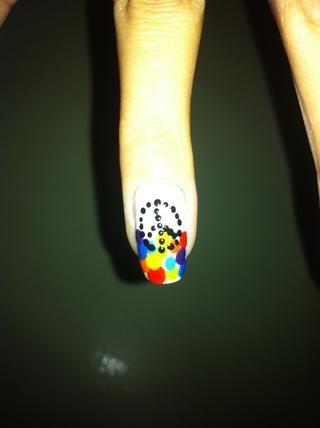 Hacer un símbolo de paz con el esmalte de uñas negro usando puntos en su dedo anular.