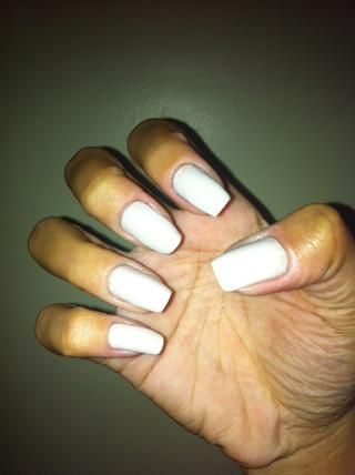 Use un esmalte de uñas blanco para la primera etapa