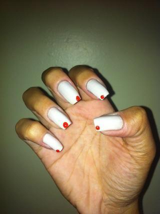 Haga un punto rojo en las uñas como la imagen.