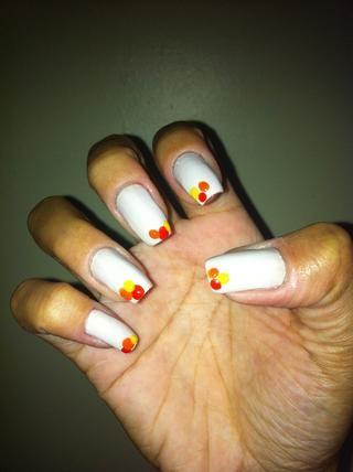 Haga un punto amarillo en las uñas como la imagen.