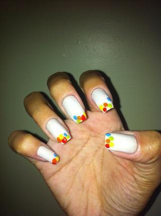 Hacer un punto de color azul claro en las uñas como la imagen.