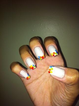 Hacer un punto de color azul oscuro en las uñas como la imagen.