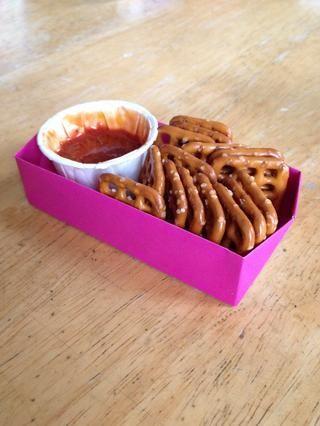 Coloque en un tazón y servir con galletas saladas. Aquí, utilizo los mini tazas de condimentos y recipientes rectangulares de origami (ver Guía Snap para obtener instrucciones sobre plegado) para porciones individuales para una fiesta.