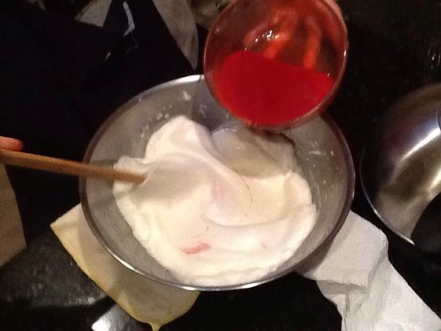Saque el puré y mezclar el puré con la clara de huevo