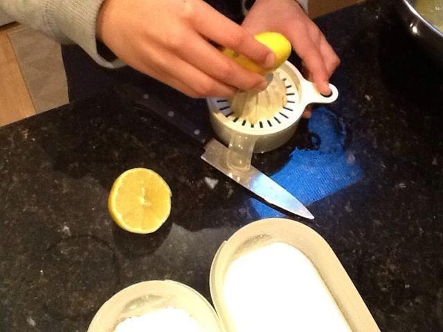 Exprima el jugo de limón