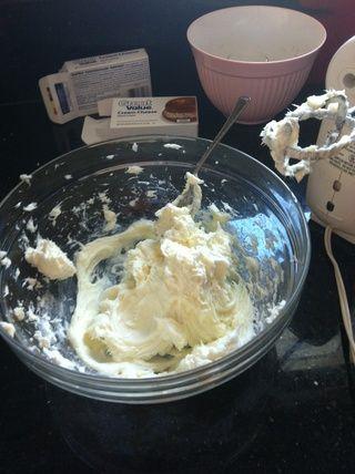 Añadir 3/4 taza de azúcar y continúe batiendo hasta que quede suave.