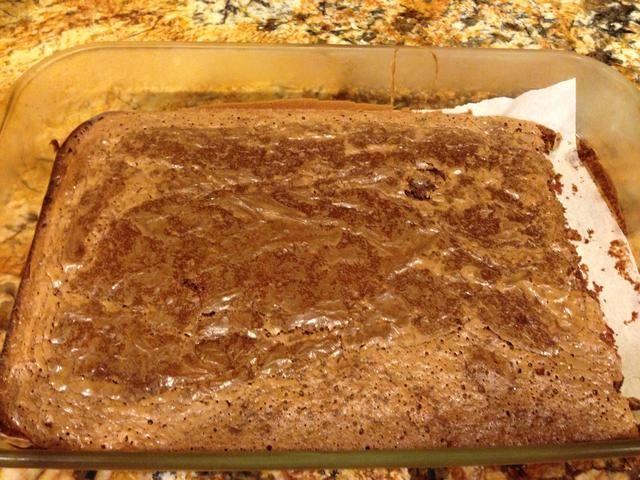 Colocar en un pergamino forradas, 9x13, y hornear a 350 grados Fahrenheit durante 25 minutos. Retire del horno y colocar inmediatamente en el congelador, esto mantendrá los brownies de la pérdida de humedad.