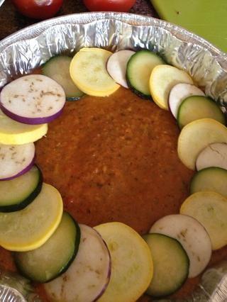 Ahora tomé las verduras y la puse alrededor como así hasta cubrir todo el círculo. Don't worry it does not have to be perfect