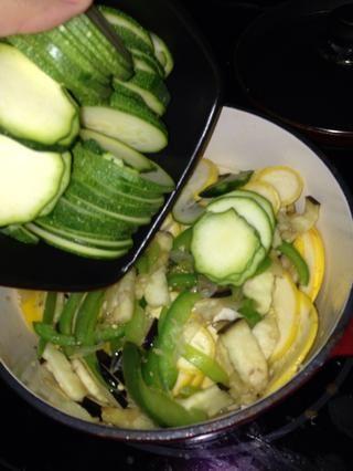 Combine como usted va a dejar que la mezcla de ajo-cebolla-pimienta tipo de cubrir las verduras. Luego cubrir y dejar cocer durante unos 10-15 minutos.