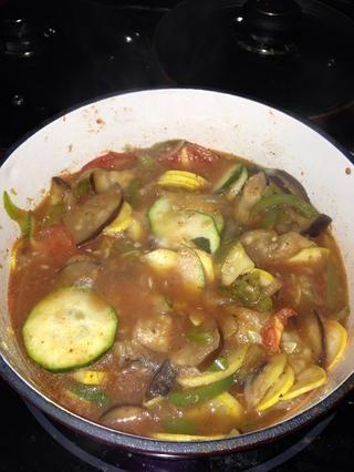 Después de una hora unos pocos, la temporada y dejar cocer durante al menos 30 minutos. para que los sabores se combinan. El más largo es el mejor!