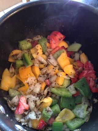 Añadir los pimientos en la olla y cocine a fuego lento durante 4 minutos