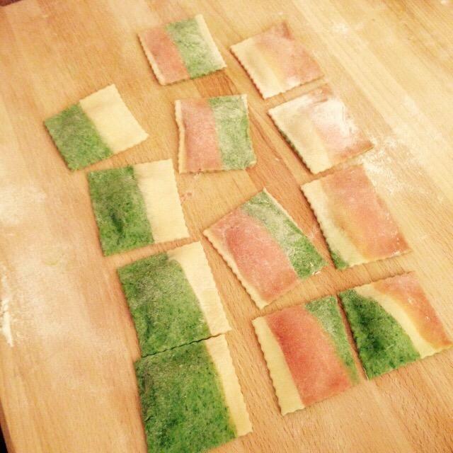 Con una sierra cortadora de pasta separan los raviolis.