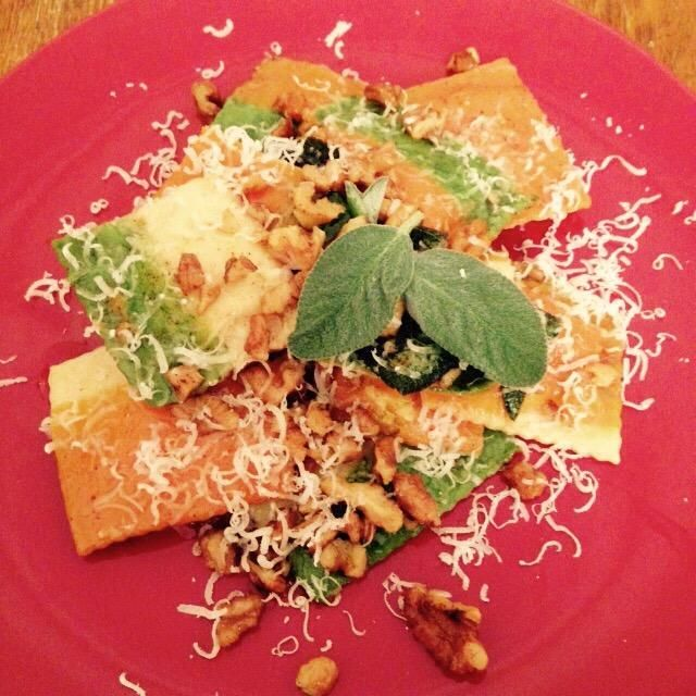 Placa y el polvo con un poco de queso parmesano recién afeitado. Decorar con unas diminutas hojas de salvia fresca.