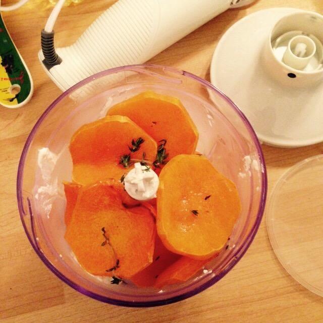 Cuando se hace la calabaza, deje que se enfríe ligeramente y el. Agregar a la mesa de mezclas, echando los dientes de ajo