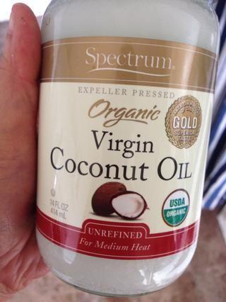 Añadir el aceite de coco, la temperatura ambiente está muy bien. Prefiero sin refinar aceite de coco virgen, pero cualquier tipo está bien.