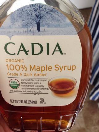 Añadir el jarabe de arce. Si usted quiere que sean 100% crudo, utilizar la miel cruda o agave crudo. Yo prefiero el ahumado que el jarabe de arce ofrece.