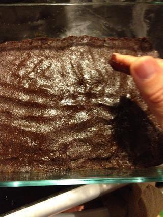 Decidí usar mi (limpios) manos para aplanar más. El calor de mis manos se suavizó el aceite de coco, que a su vez se suavizó mi piel, mmmm. Ahora's ready to put on the lid and put in the freezer!