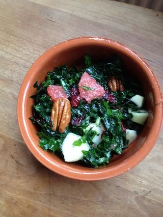 Cortar trozos de pera crujiente, agregue pacanas y arándanos. Verter la vinagreta sobre y mezclar. yo've made a guide on a vinaigrette that tastes nice on this salad.