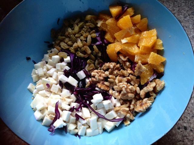 Escurrir el repollo y añadir tus cosas ensalada favorecida. También es bueno con las manzanas, las peras, y cualquier fruta seca que haya dando vueltas. Cortar una naranja y el jugo de la otra.