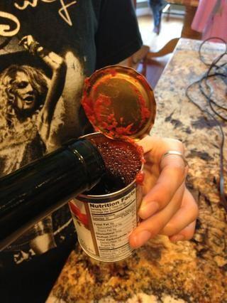 He utilizado la lata de pasta de tomate y la llené con el vino. Añadir a la olla.