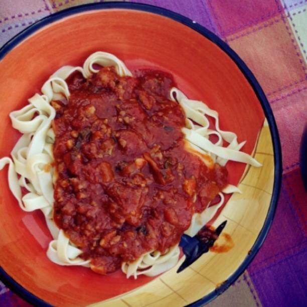 Awes sí! Hice un poco de pasta hecha en casa para ir con mi salsa. Deliciosamente perfecto!