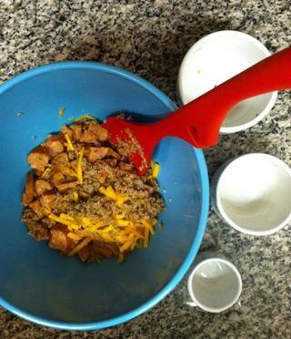 En un tazón mediano combine bulgur, cheddar, chorizo, perejil, 1 cda. de aceite y 1/4 cucharadita. de sal y pimienta.