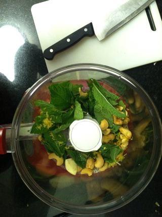 Añadir la menta, nueces de la India, el ajo, ½ cucharadita de sal y ¼ de cucharadita de pimienta al pulso en procesadores de alimentos hasta que finamente picado.