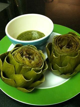 Retire las alcachofas de la olla y alejarse del estrangulador - la parte espinosa o peluda interior. Servir las alcachofas con pesto de menta.