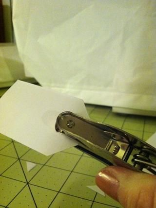 Utilice su perforadora entre las esquinas que acaba de cortar.