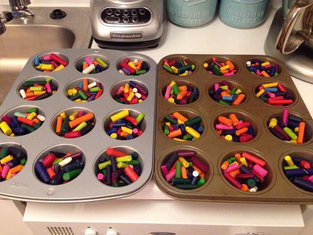 Distribuir pedazos de lápices de colores de manera uniforme entre panecillo tins- tratar de mezclar los colores-el más brillante, mejor!