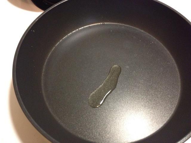 Añadir un poco de aceite para que la cacerola. Pero no demasiado, de lo contrario el panqueque llegar realmente grasienta y pesado.